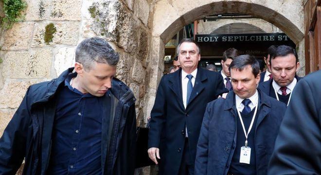 Bolsonaro deixa a Basília do Santo Sepulcro, em Jerusalém. Local é sagrado para o cristianismo