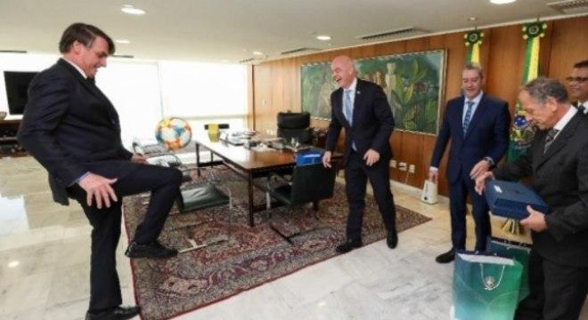 Bolsonaro brinca de embaixadinhas com o presidente da Fifa em Brasília