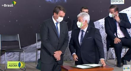 Bolsonaro e Marcos Pontes assinam adesão do Brasil ao projeto Artemis, da Nasa