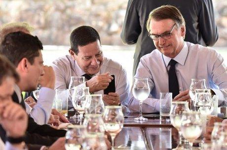 Mourão (esq.), Bolsonaro (dir.) e seis dos atuais ministros passaram pela Aman, em Resende (RJ)