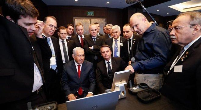 Benjamin Netanyahu (sentado, à esq.) e Bolsonaro, durante a visita do presidente brasileiro a Israel