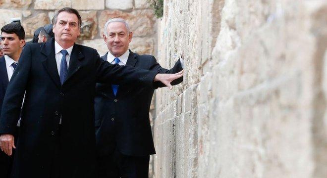 Líderes de outros países costumam visitar o Muro das Lamentações sozinhos; Bolsonaro foi com Netanyahu