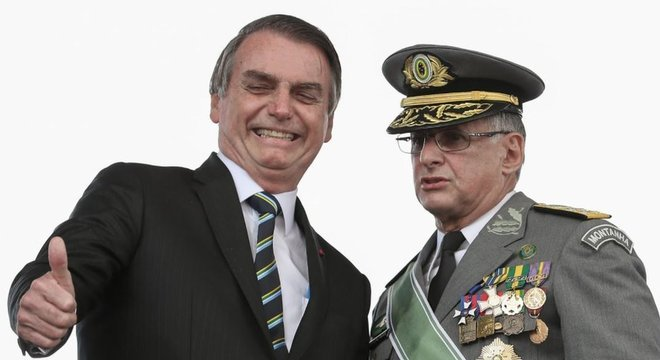 É preocupante que militares sejam vistos como 'fiadores' do governo, diz Yascha Mounk. Na foto, Bolsonaro com o comandante do Exército, Edson Leal Pujol