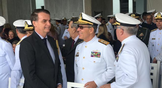 7ad8db953b615 Bolsonaro participa de formatura de aspirantes da Marinha do Brasil ...