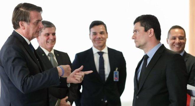 Bolsonaro (esq.) admite negociar mudanças no Coaf com o Congresso
