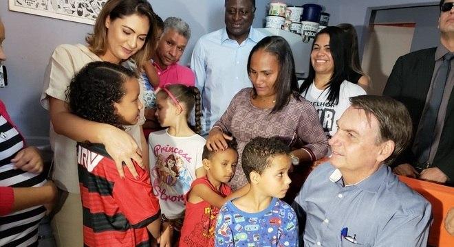 Bolsonaro esteve na casa da menina Yasmin acompanhado da primeira-dama
