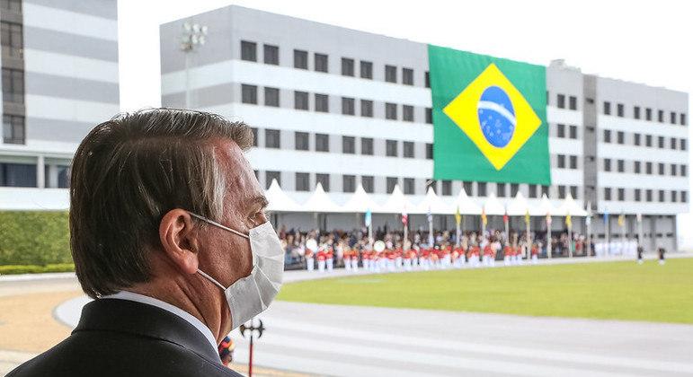 Bolsonaro em cerimônia de Juramento à Bandeira e Entrega de Espadins da turma Almirante Bosísio