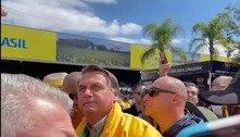 Sem máscara, Bolsonaro participa de feira agro no RS