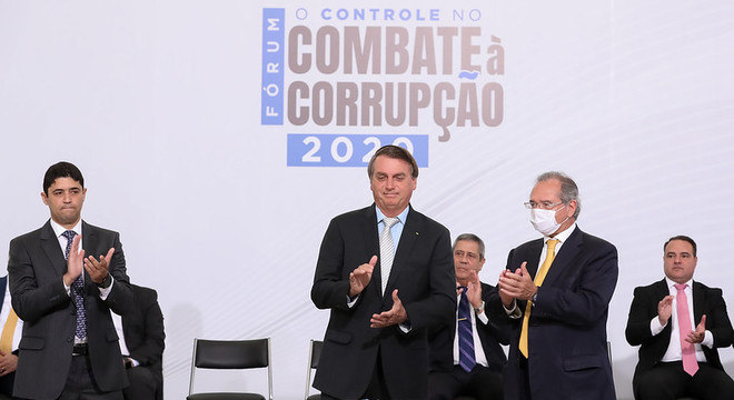 """Antes do almoço com as Forças Armadas, presidente participou do """"Fórum: O Controle no Combate à Corrupção 2020"""""""