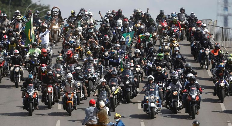 Bolsonaro liderou passeio com centenas de motociclistas no Dia das Mães, em Brasília