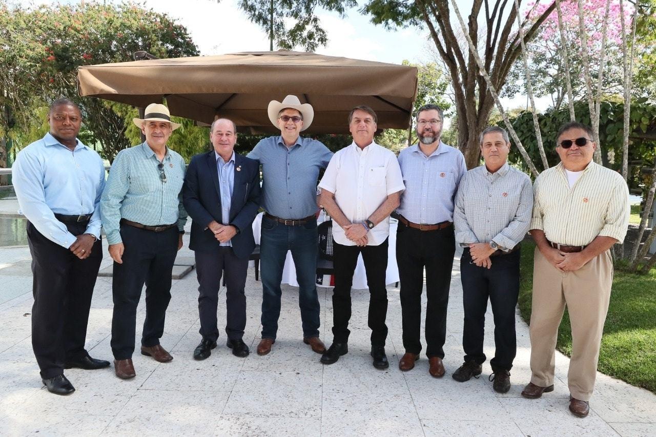 Todd Chapman (ao centro, de chapéu) ao lado de Jair Bolsonaro e sua comitiva