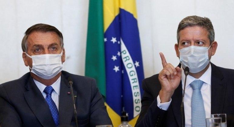 Bolsonaro entregou pessoalmente a proposta ao presidente da Câmara, Arthur Lira