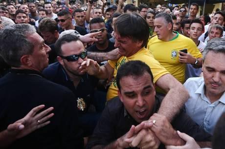 Bolsonaro é retirado de ato após ser esfaqueado