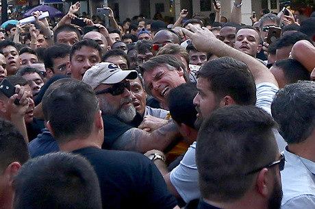 Bolsonaro foi esfaqueado em ato de campanha em MG