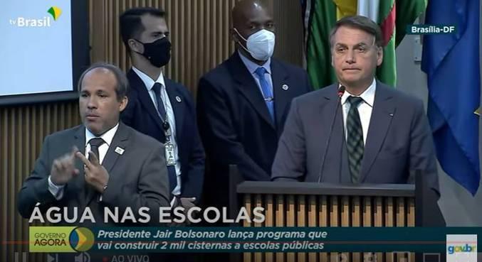 O presidente Jair Bolsonaro, durante assinatura do projeto  Água nas Escolas