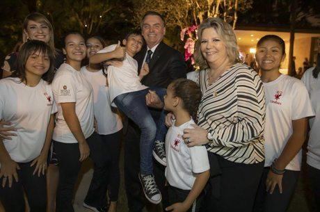 Bolsonaro e Denise Antão com as crianças da Unibes