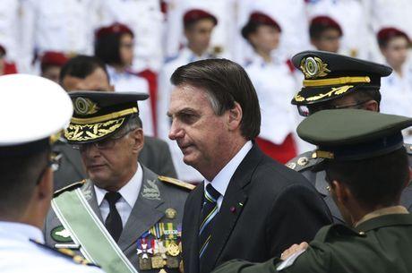 """Bolsonaro: Forças Armadas são """"maior sustentáculo"""" da democracia"""