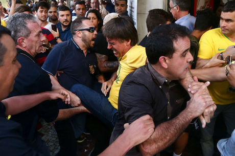 Bolsonaro é retirado de local de campanha após agressão