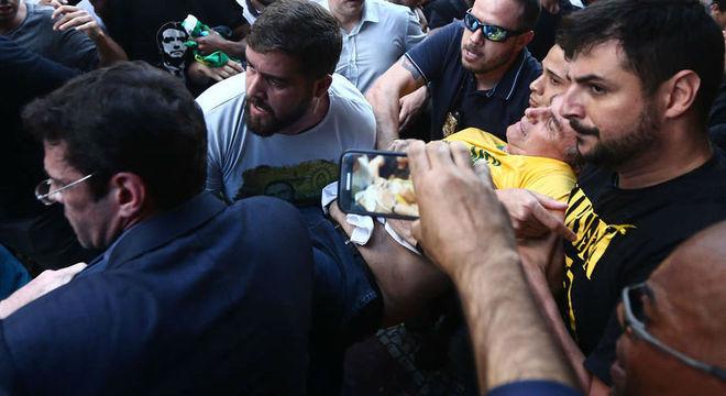 Bolsonaro levoum facada na tarde desta quinta-feira (6) em MG