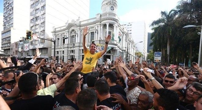 Apoiador descumpriu regra de segurança ao colocar Bolsonaro no ombro