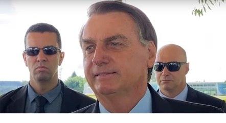 Bolsonaro fala a apoiadores em frente ao Alvorada