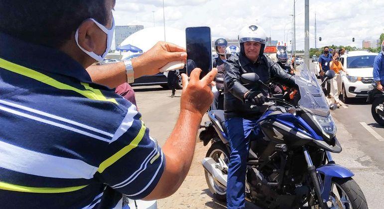 Presidente Bolsonaro posa para foto durante passeio de moto em Brasília
