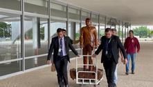 Bolsonaro desce rampa do Planalto e fala com apoiadores