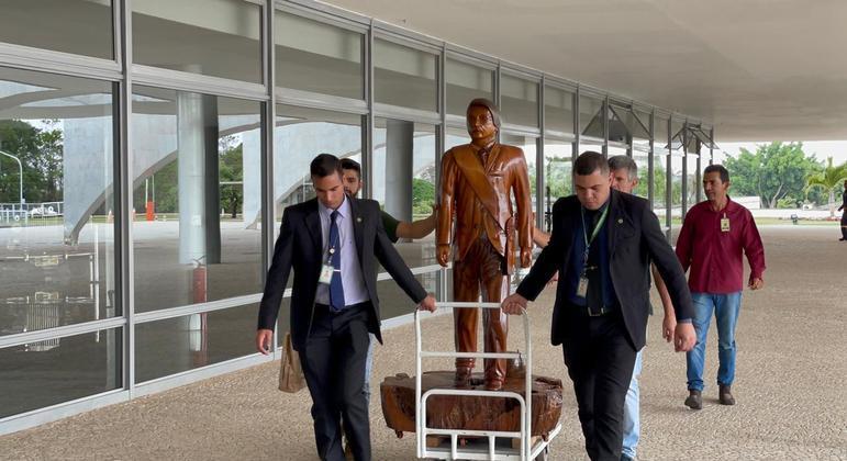 O presidente ganhou estátua de madeira dos apoiadores