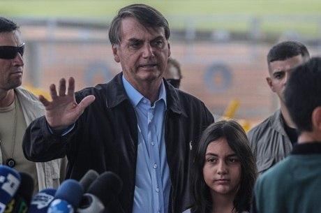 O presidente Bolsonaro ao deixar o Palácio da Alvorada, no dia 9