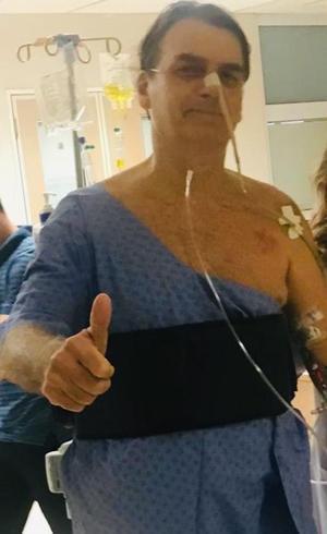 Bolsonaro caminhou pelo corredor do hospital