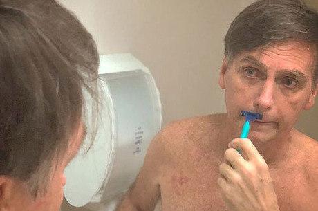Bolsonaro publicou foto fazendo a barba no hospital