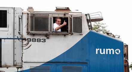 Bolsonaro acenando dentro de trem no trecho de obras da ferrovia