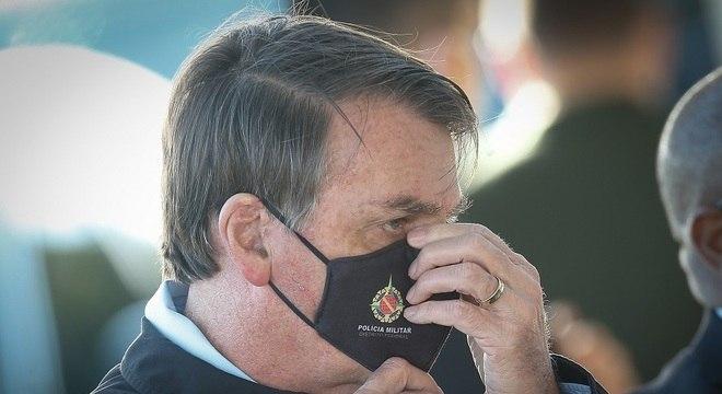 'Se não puder (trabalhar) é porque a máscara não funciona', disse Bolsonaro