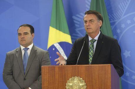Bolsonaro e ministro Jorge Oliveira no Planalto