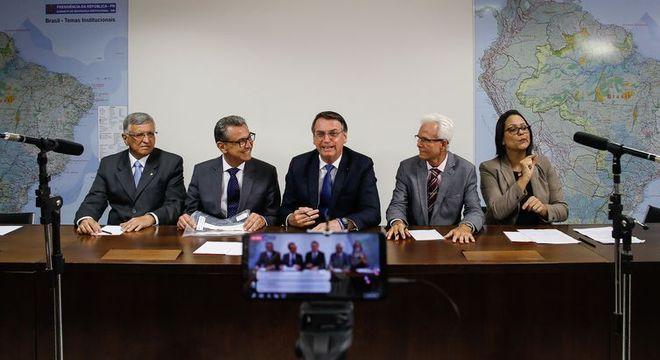Bolsonaro fez transmissão ao vivo para o Facebook