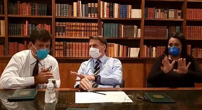 O ministro da Saúde, Luiz Henrique Mandetta, com Bolsonaro em live