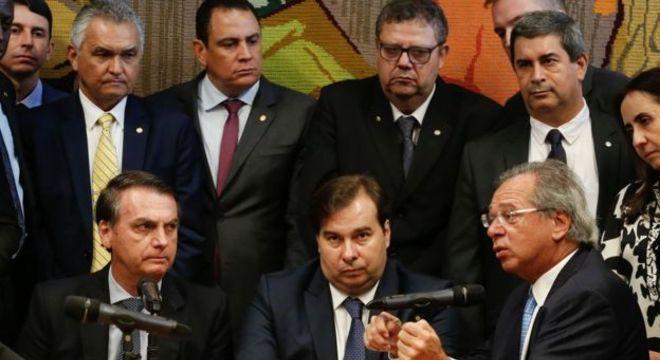 Bolsonaro, Maia e Guedes durante apresentação da proposta da reforma da Previdência para militares; há diferenças marcantes no regime proposto para civis