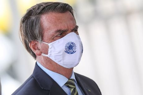 """Bolsonaro disse ter """"caixinha"""" de cloroquina guardada"""