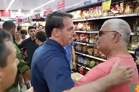 Bolsonaro é cumprimentado em mercado