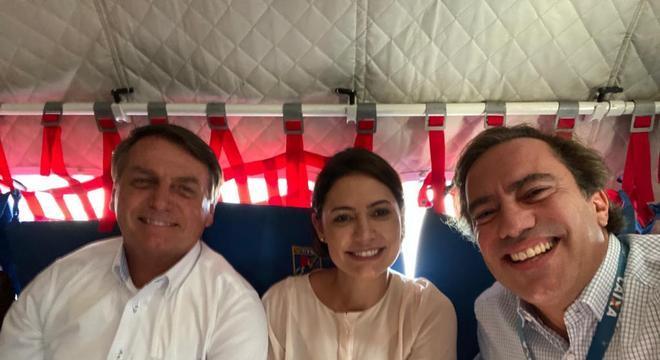 Bolsonaro, Michelle e o presidente da Caixa, Pedro Guimarães, na Ilha de Marajó