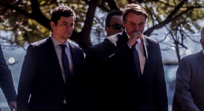 Bolsonaro e Moro chegam de lancha a clube após vazamentos de conversas sobre Lava Jato