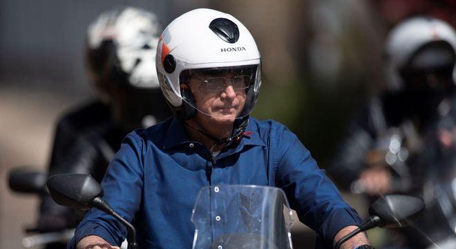 Presidente Jair Bolsonaro durante passeio de moto no sábado (25)