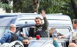 O presidente Jair Bolsonaro, acenou e cumprimento os presentes e seguiu à frente do grupo