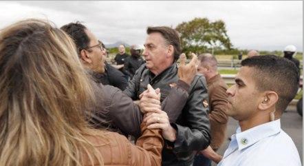 Bolsonaro, sem máscara, cumprimenta apoiadores