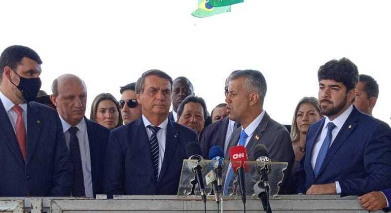 Bolsonaro fala a jornalistas na saída do Alvorada, após café com ruralistas