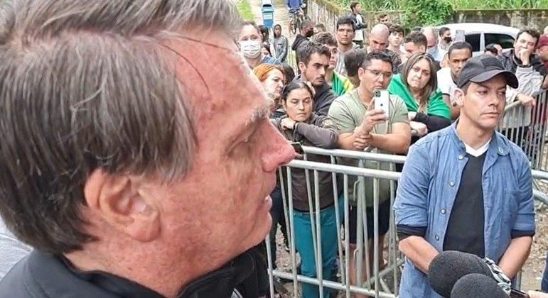 Bolsonaro fala com jornalistas no Guarujá (SP)