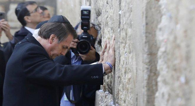 Bolsonaro no Muro das Lamentações, nesta segunda-feira; visita ao local ao lado de Netanyahu é vista por alguns como apoio tácito à soberania de Israel sobre Jerusalém Oriental