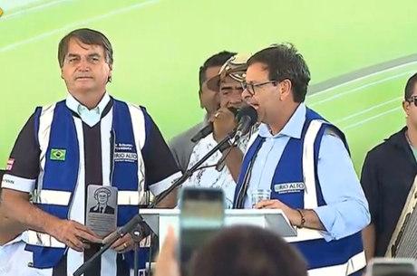 Bolsonaro ouve forró em palco montado na Paraíba
