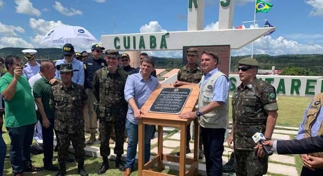 O presidente Bolsonaro ao lado do ministro da Infraestrutura, Tarcísio de Freitas