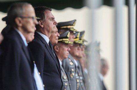 Bolsonaro retornou em 2018 para acompanhar cerimônia da qual ele mesmo participara em 1977 'Disciplina e hierarquia'